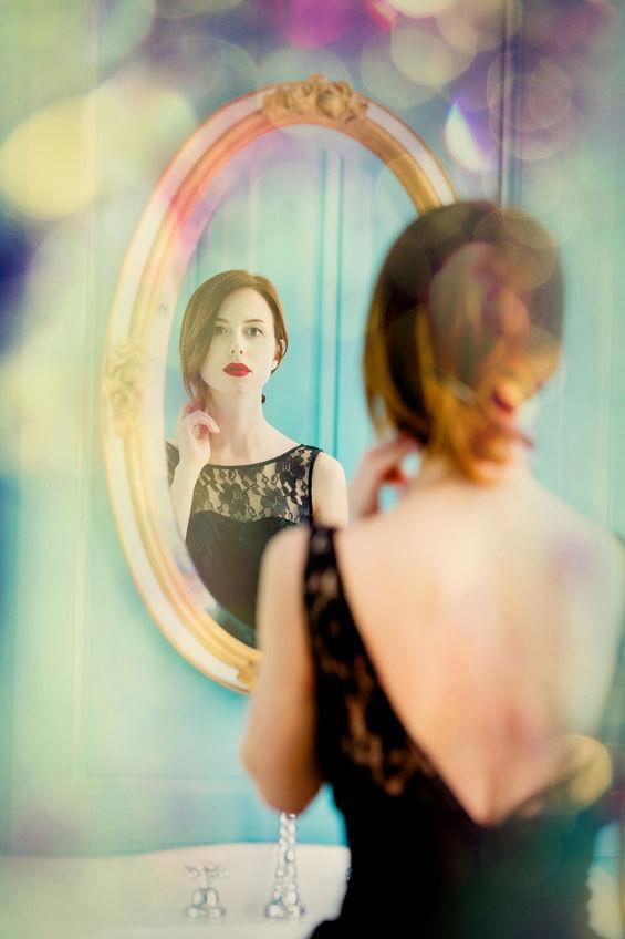 Jeune femme devant un miroir pour apprendre à se connaitre, se regarder